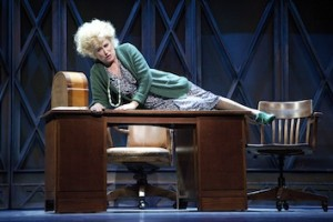 Jenny Arean als Miss Hannigan